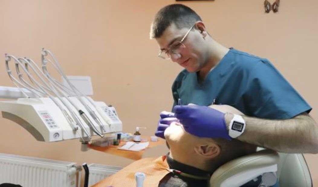 млад зъболекар