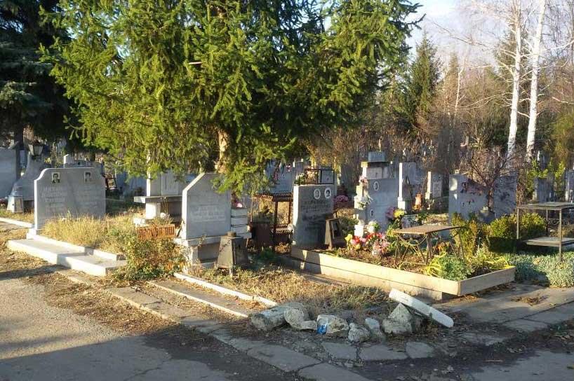 на гробищата