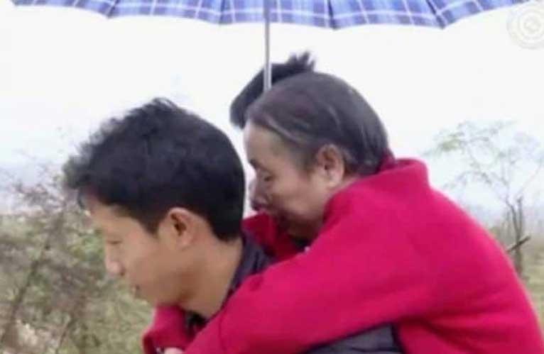 мъж носи майка си