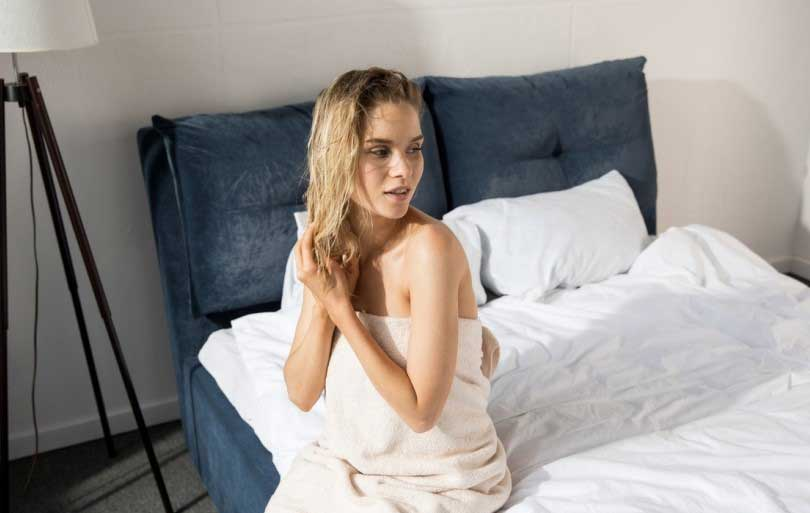 спането с мокра коса